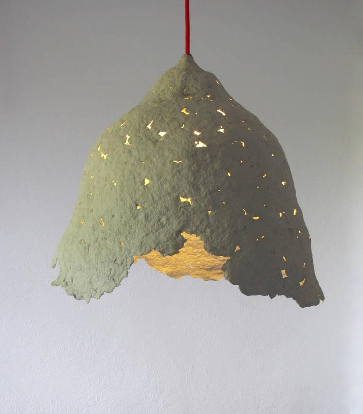 Calyx I- lampa z papierowej pulpy: styl , w kategorii Salon zaprojektowany przez Crea-re Studio