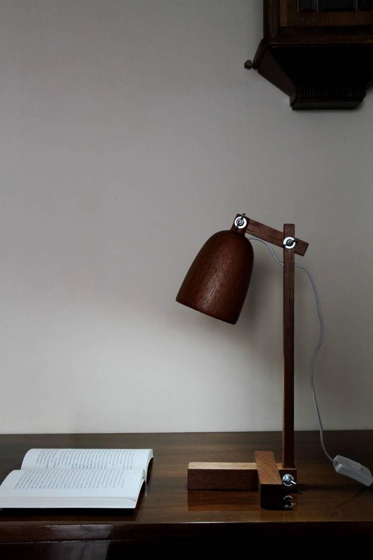 Lampa na biurko z drewna cedrowego: styl , w kategorii Domowe biuro i gabinet zaprojektowany przez Crea-re Studio