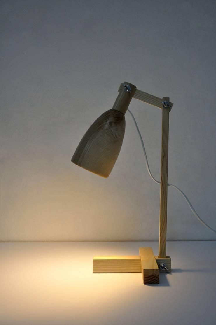 """""""Fingerprint I"""" drewniana lampa na biurko: styl , w kategorii Pokój dziecięcy zaprojektowany przez Crea-re Studio"""