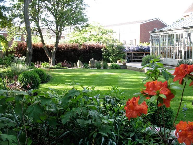 Shady family garden:  Garden by Louise Yates Garden Design