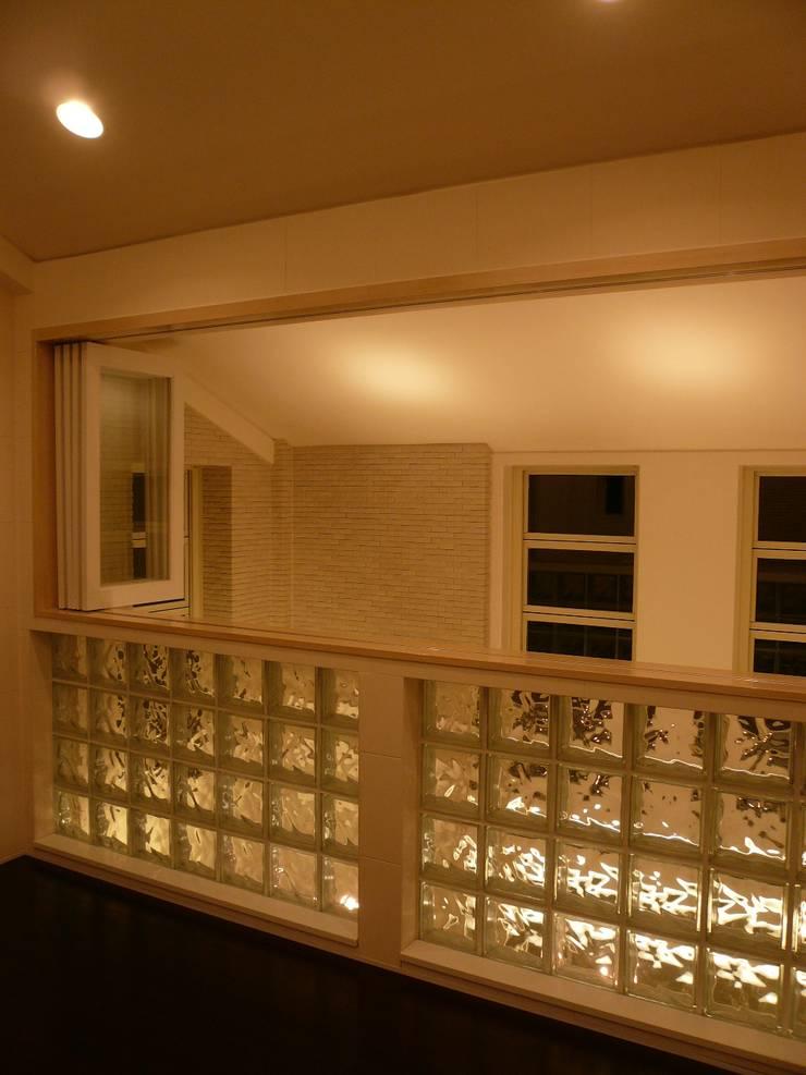 伏見の家: 西川真悟建築設計が手掛けた寝室です。