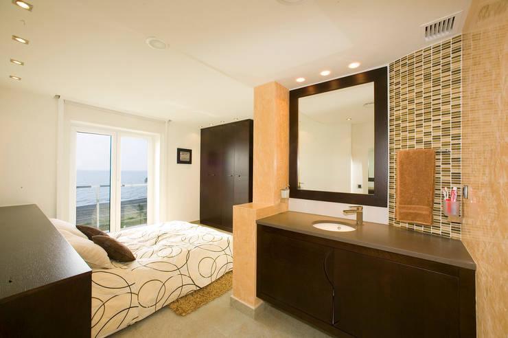 Casa en Malaga: Dormitorios de estilo  de Artemark Global