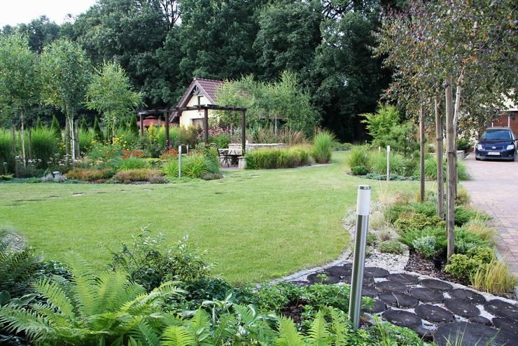 Tło ogrodu: dorodne dęby: styl , w kategorii  zaprojektowany przez Garden Idea - Projektowanie Ogrodów