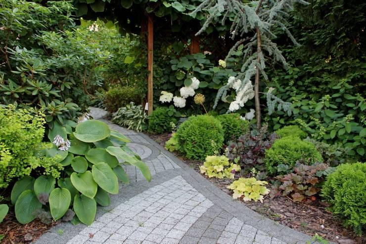 Rabata w cieniu: styl , w kategorii  zaprojektowany przez Garden Idea - Projektowanie Ogrodów,Klasyczny