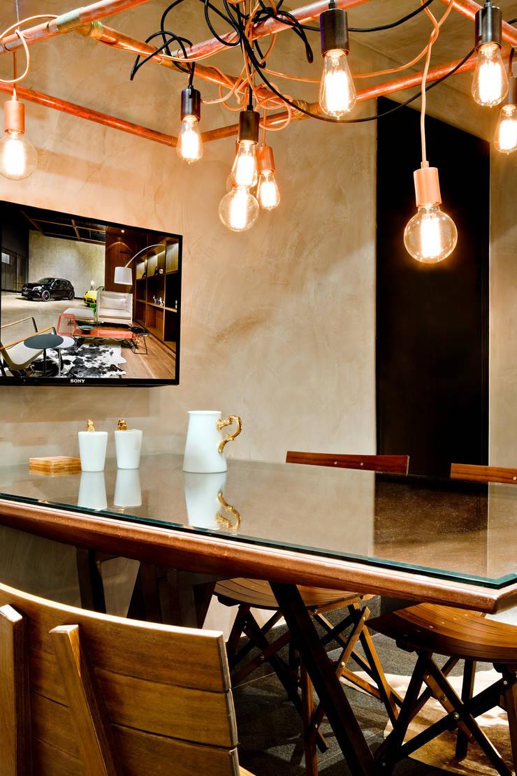 Detalhe da mesa de reuniões: Escritórios  por 1:1 arquitetura:design