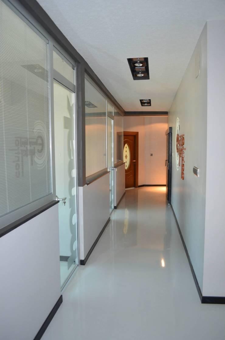 Emre Urasoğlu İç Mimarlık Tasarım Ltd.Şti. – Bomak Hobby Center - Adana: modern tarz Koridor, Hol & Merdivenler