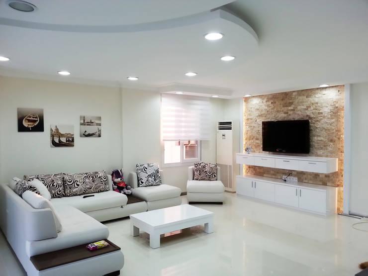 Emre Urasoğlu İç Mimarlık Tasarım Ltd.Şti. – Beyaz Ev - Mersin Çeşmeli Yazlık Projesi: minimal tarz tarz Oturma Odası