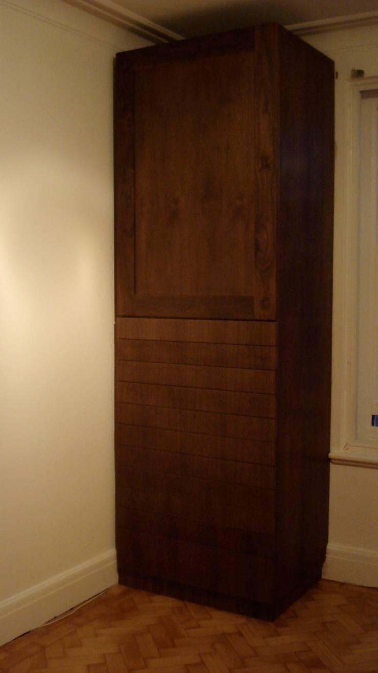 walnut wardrobe:  Bedroom by woodstylelondon