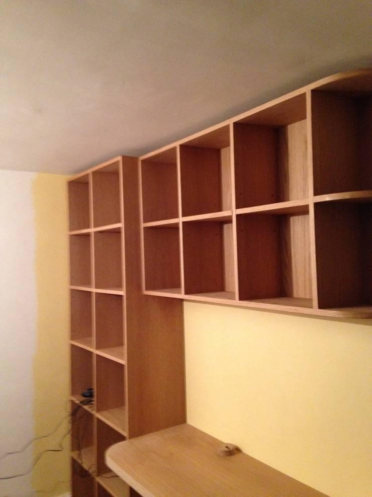 white oak build-in book shelves & desk:  Study/office by woodstylelondon