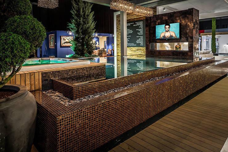 Overloop zwembad uitvoering glasmozaïek en Starlike bronsvoeg  (openhaard en televisie):  Zwembad door Keramix