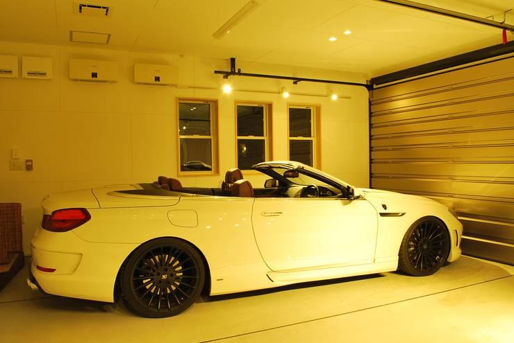 Garajes de estilo  de 西川真悟建築設計