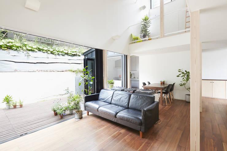Living room by 白砂孝洋建築設計事務所