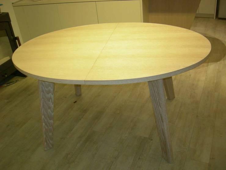 Tavolo in rovere sbiancato: Cucina in stile in stile Moderno di Simone Battistotti - SB design