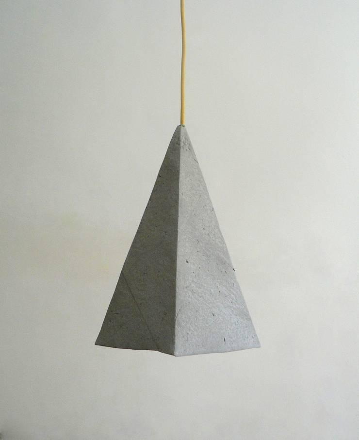 Alum- wisząca lampa z papierowej pulpy: styl , w kategorii Salon zaprojektowany przez Crea-re Studio