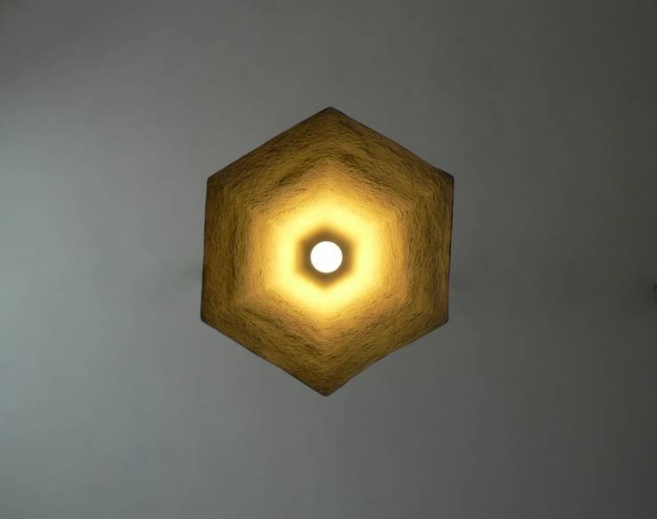 Alum- wisząca lampa z papierowej pulpy: styl , w kategorii Jadalnia zaprojektowany przez Crea-re Studio
