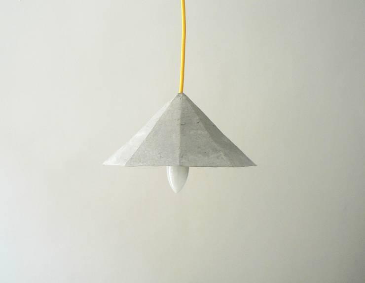 Amethyst - wisząca lampa z papierowej pulpy: styl , w kategorii Salon zaprojektowany przez Crea-re Studio