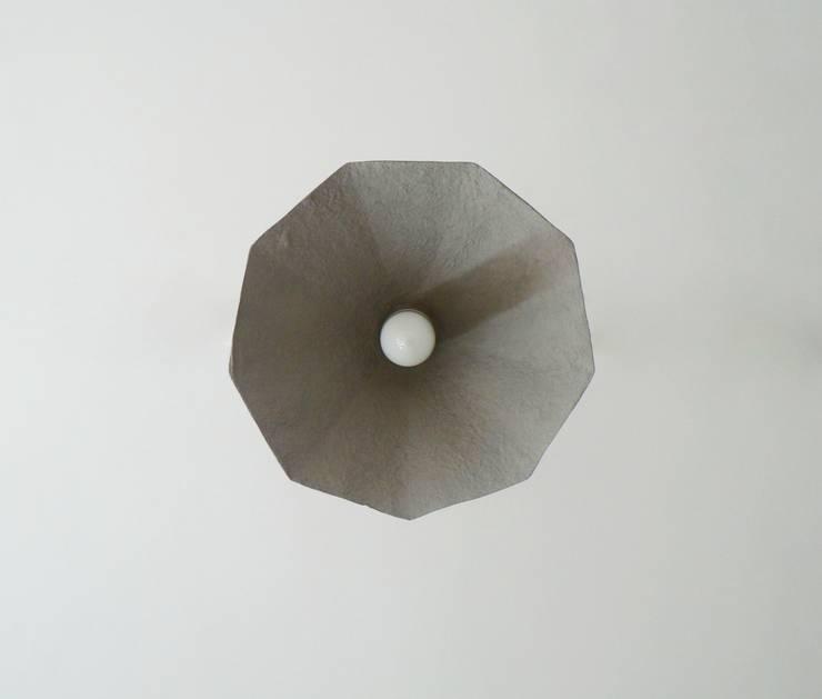 Amethyst - wisząca lampa z papierowej pulpy: styl , w kategorii Jadalnia zaprojektowany przez Crea-re Studio