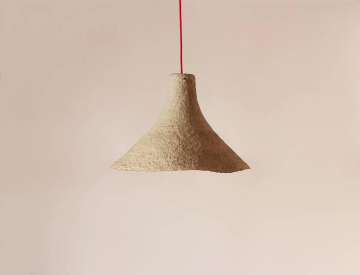 """Wisząca lampa z papier mache """"Rumcajs"""": styl , w kategorii Jadalnia zaprojektowany przez Crea-re Studio"""