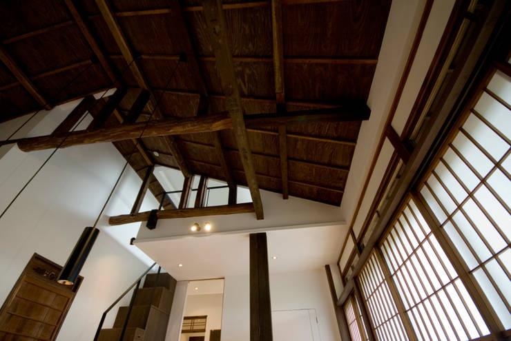 リビングダイニング: 森村厚建築設計事務所が手掛けたリビングです。