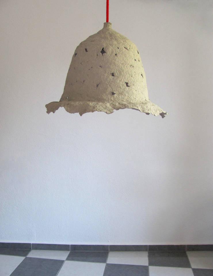 Calyx IV -  wisząca lampa z papierowej pulpy: styl , w kategorii Jadalnia zaprojektowany przez Crea-re Studio