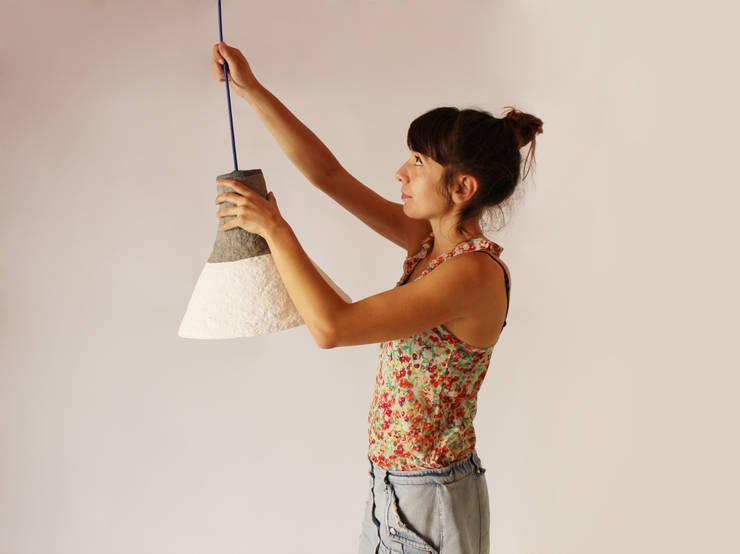 """Wisząca lampa z papier mache """"Cypisek"""": styl , w kategorii Pokój dziecięcy zaprojektowany przez Crea-re Studio"""