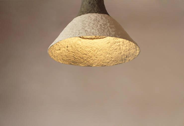 """Wisząca lampa z papier mache """"Cypisek"""": styl , w kategorii Salon zaprojektowany przez Crea-re Studio"""