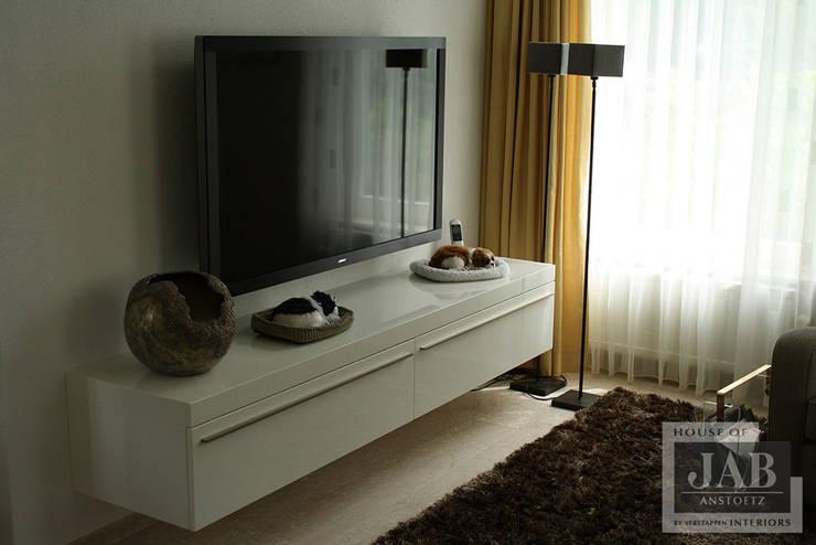 maatwerk tv kast:  Woonkamer door House of JAB by Verstappen Interiors