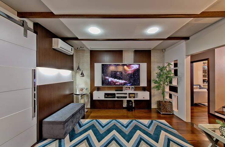 Home theater: Salas multimídia  por Espaço do Traço arquitetura