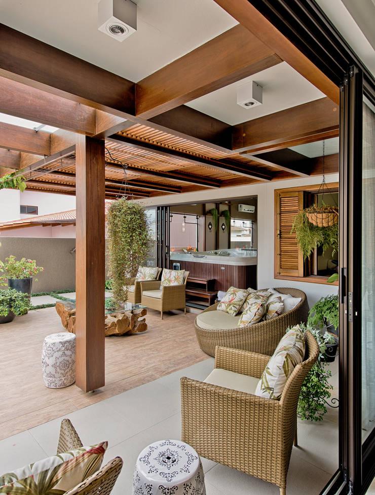 Uma casa para receber a família: Terraços  por Espaço do Traço arquitetura