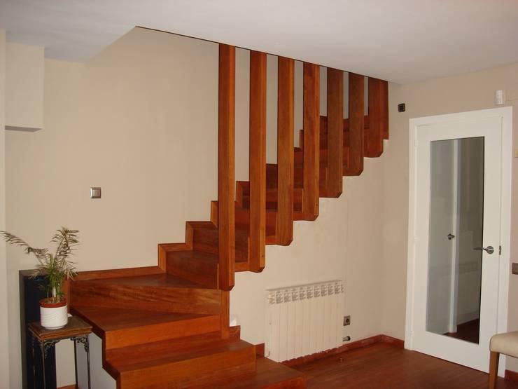Vestíbulos, pasillos y escaleras de estilo  por DEKMAK interiores
