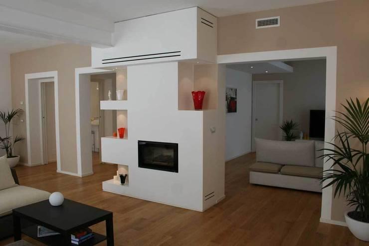 Villa E: Soggiorno in stile  di GROMATRE , Moderno