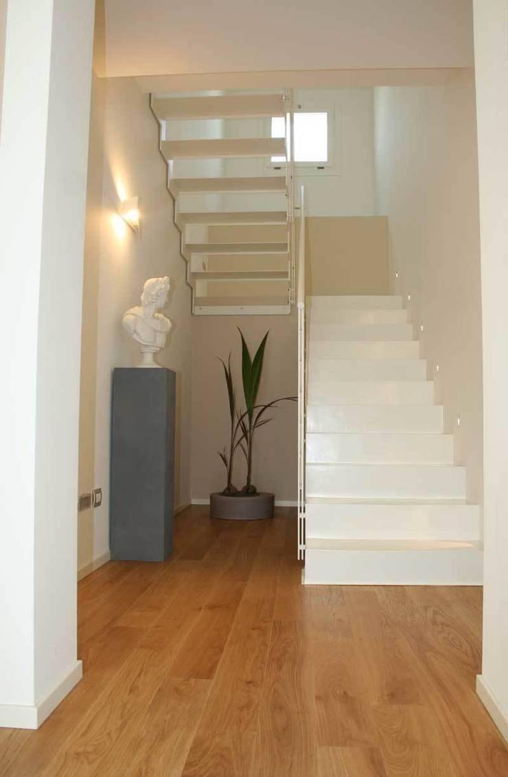 Villa E: Ingresso & Corridoio in stile  di GROMATRE , Moderno