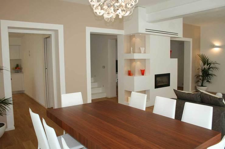 Villa E: Sala da pranzo in stile  di GROMATRE , Moderno