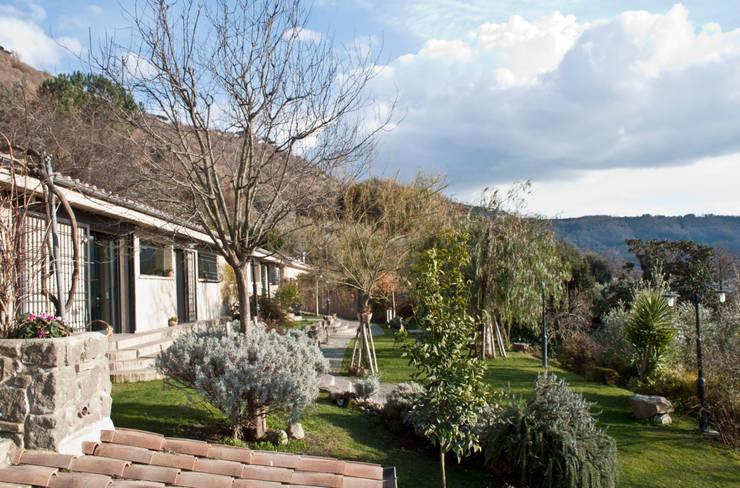 Casa al lago Case in stile rustico di ARCHolic Rustico
