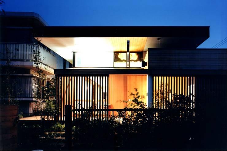 玄関周りの夕景: 有限会社加々美明建築設計室が手掛けた家です。