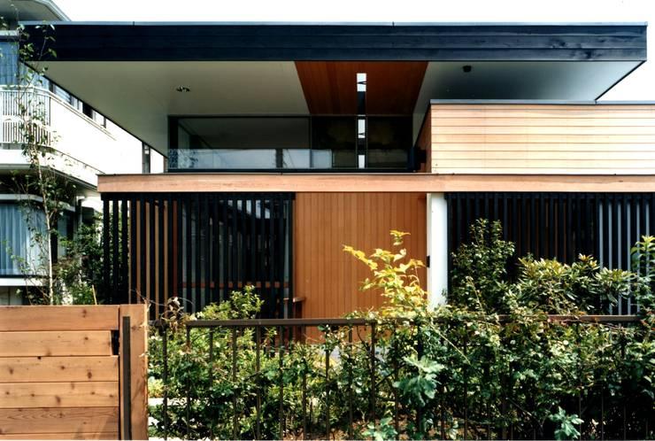玄関周り: 有限会社加々美明建築設計室が手掛けた家です。