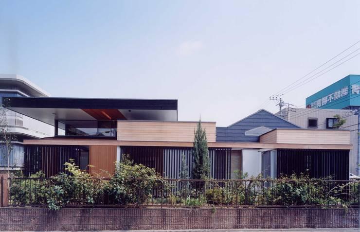 屋根の構成: 有限会社加々美明建築設計室が手掛けた家です。