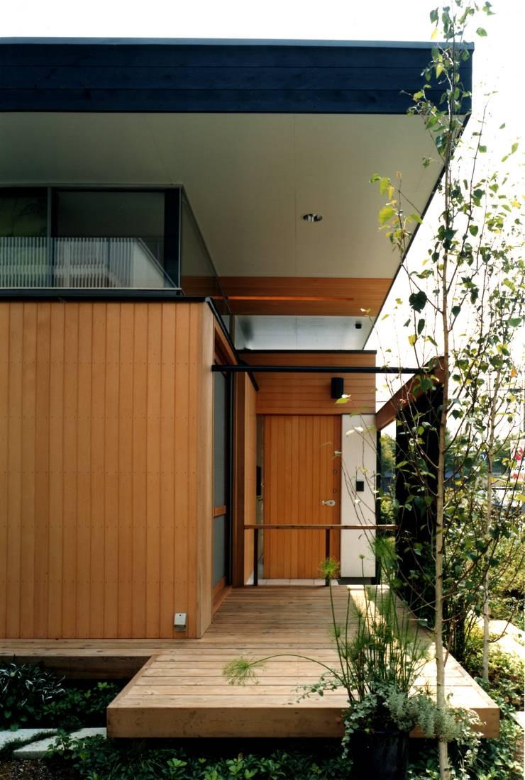 玄関を正面から見る: 有限会社加々美明建築設計室が手掛けた家です。