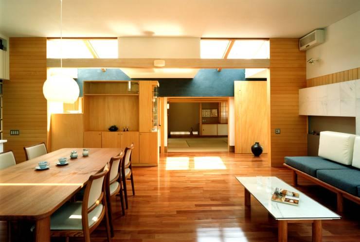 ダイニングから客間を見る: 有限会社加々美明建築設計室が手掛けたダイニングです。