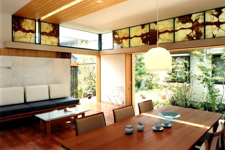 ダイニングと庭: 有限会社加々美明建築設計室が手掛けたダイニングです。