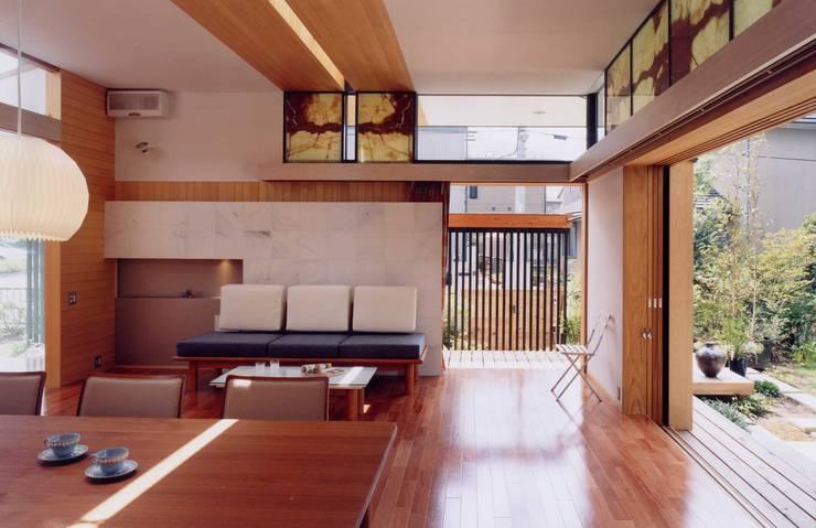 ダイニングリビング: 有限会社加々美明建築設計室が手掛けたリビングです。