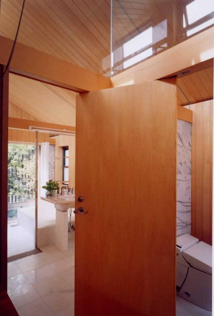 洗面浴室、トイレを見る: 有限会社加々美明建築設計室が手掛けた浴室です。