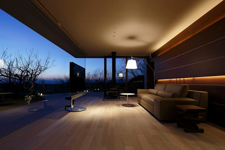 富士山方向の夜景 | CASA BARCA | 海を眺める豪邸(別荘建築): Mアーキテクツ|高級邸宅 豪邸 注文住宅 別荘建築 LUXURY HOUSES | M-architectsが手掛けたリビングです。