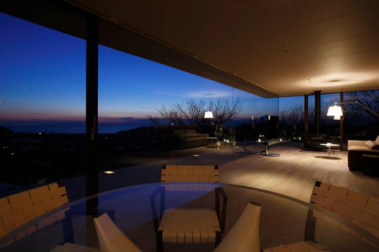 江ノ島方向の夜景 | CASA BARCA | 海を眺める豪邸(別荘建築): Mアーキテクツ|高級邸宅 豪邸 注文住宅 別荘建築 LUXURY HOUSES | M-architectsが手掛けたリビングです。