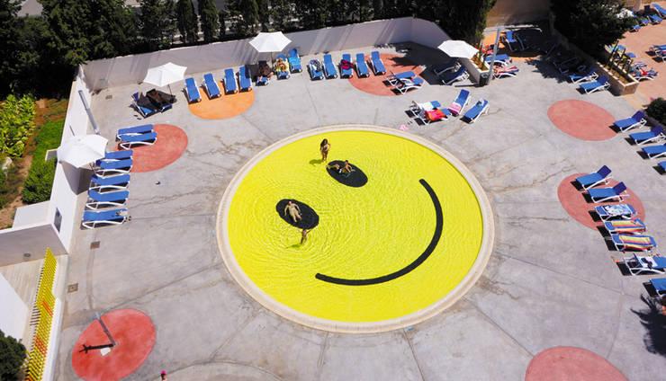 """Piscina """"Smile"""" de A2arquitectos: Piscinas de estilo  de A2arquitectos"""