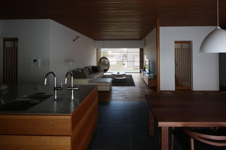 中山町の家: 深山知子一級建築士事務所・アトリエレトノが手掛けたリビングです。