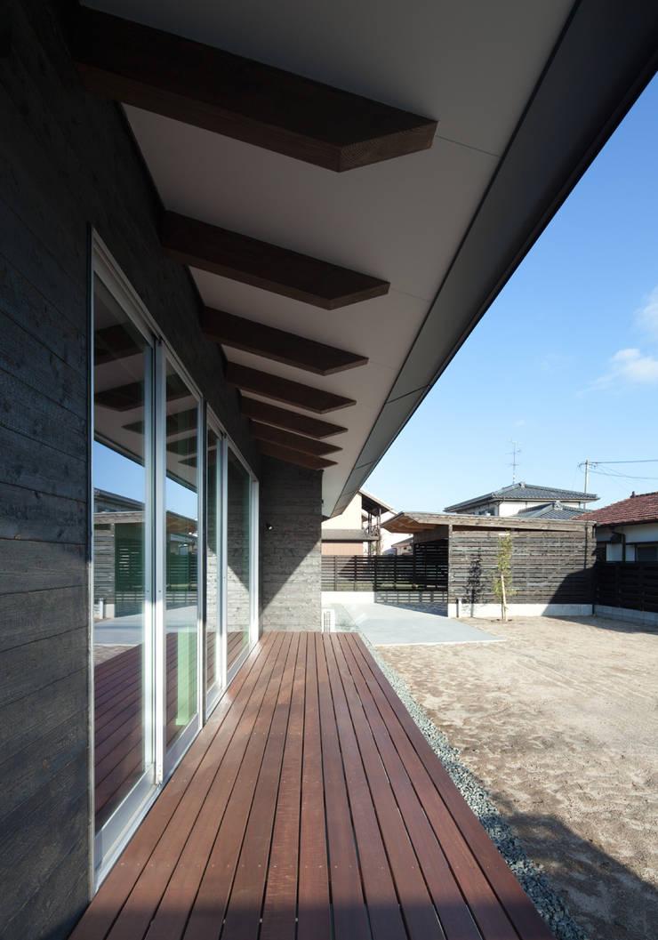 南側軒先: 田村の小さな設計事務所が手掛けたテラス・ベランダです。