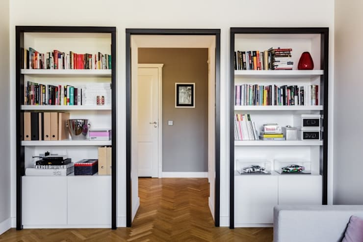 Small apartment in Warsaw:  Living room by Mięta Morris