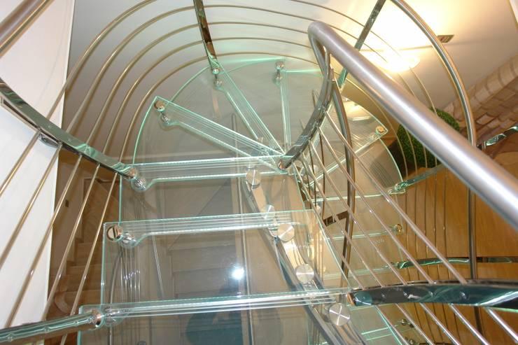 Scala inox.vetro: Ingresso, Corridoio & Scale in stile  di VICIANI