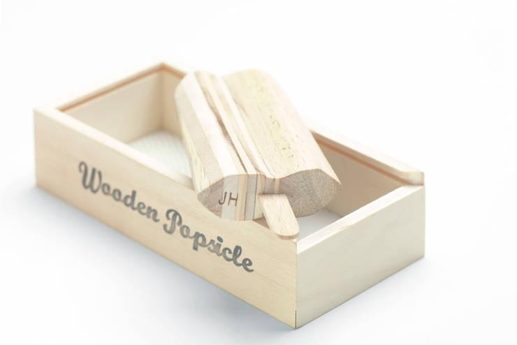 wooden popsicle di Mauro savoldi Moderno